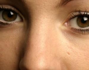 En la farmacia la crema de las arrugas alrededor de los ojos