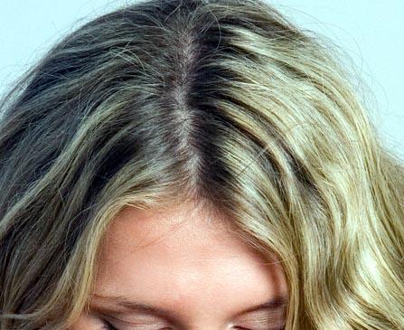 El champú y la máscara para los cabellos colorados loreal