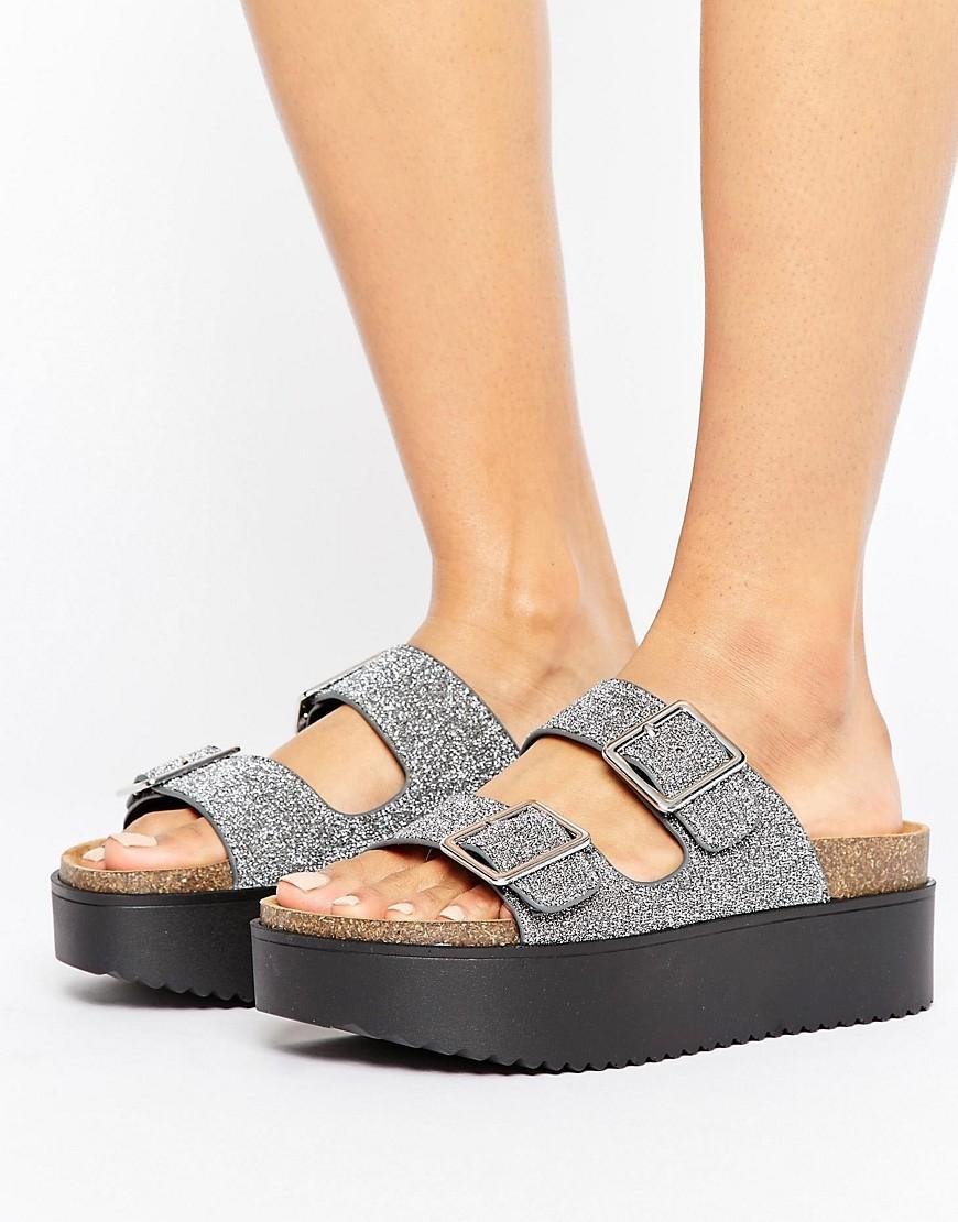 Sandalias metalizadas con purpurina y plataforma plana de Pull&Bear