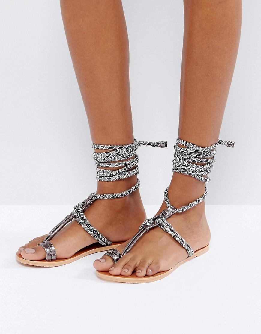 Sandalias planas con lazada en la pierna y acabado en cuero FUN TIMES en ofertas calzado