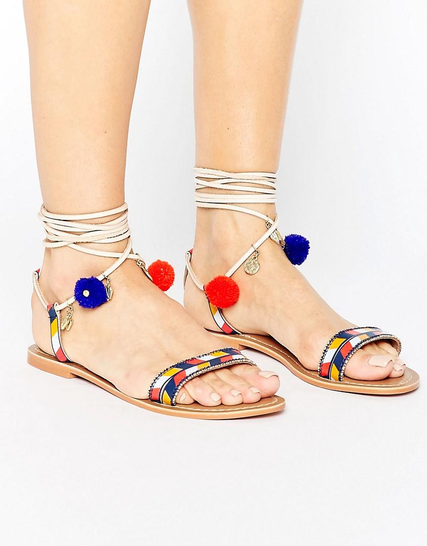 Sandalias planas de cuero con tiras y pompon de Glamorous
