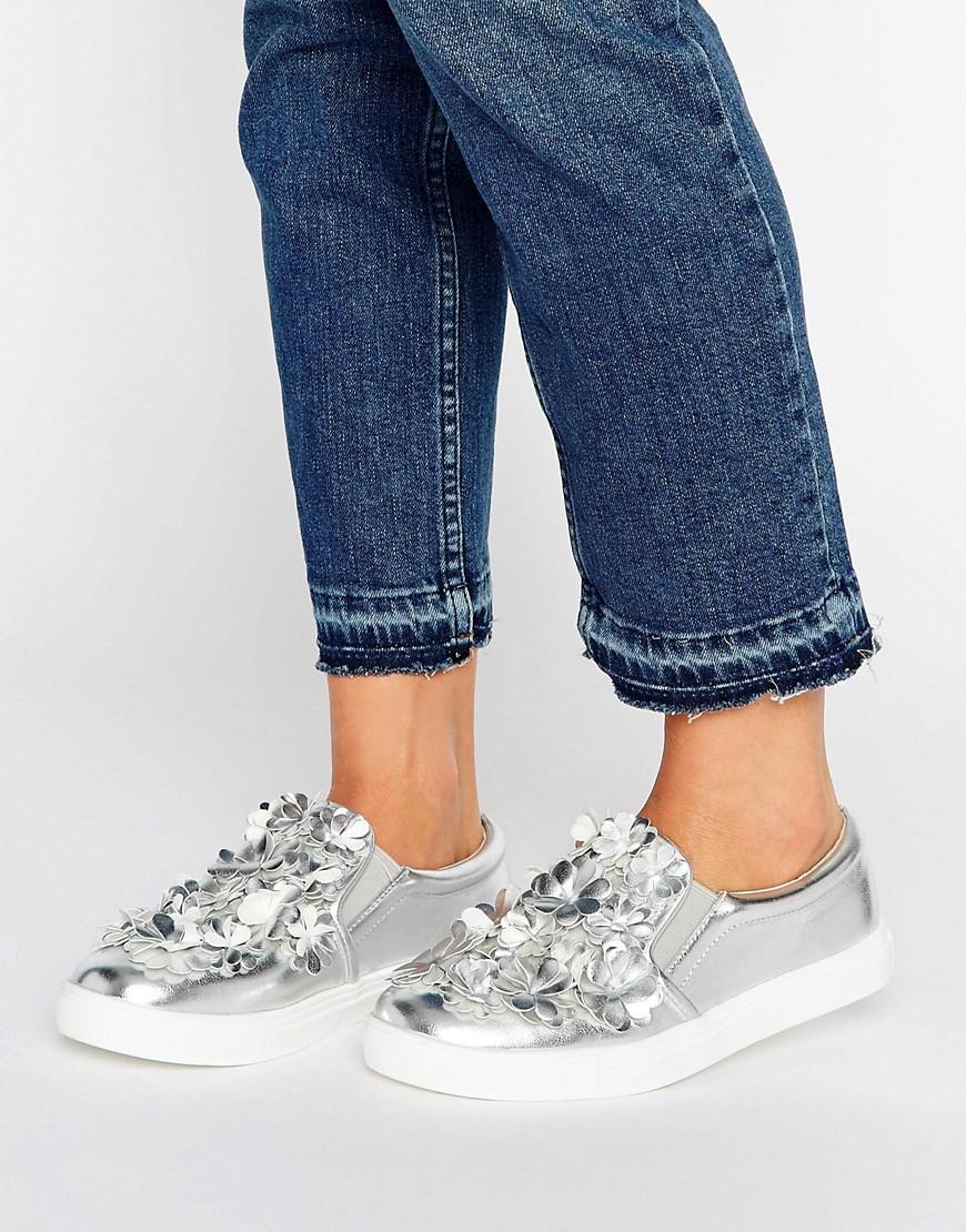 Zapatillas sin cierres plateadas con detalle de flores de Glamorous