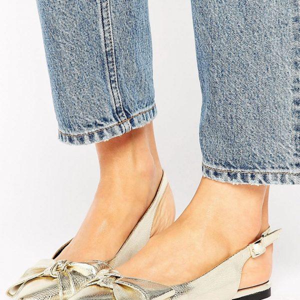 Zapatos metalizados con tira trasera y lazo de New Look
