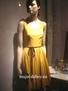 mujer vestido beca