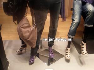 zapatos que lleva