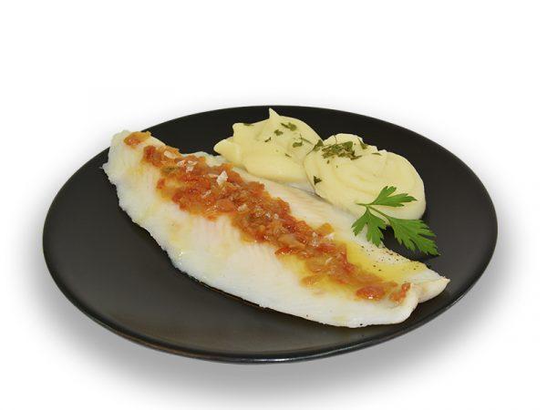 Filete de pescado con sofrito de tomate y cebolla
