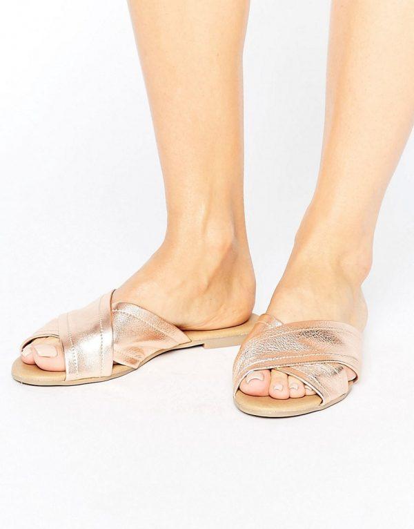 Sandalias planas con tira cruzada de cuero de New Look