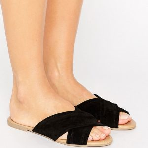 Sandalias planas con tira cruzada en ante de New Look