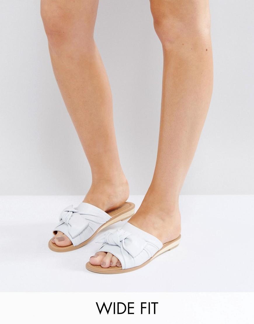 Sandalias planas de corte ancho con lazo de Park Lane
