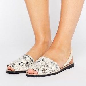Sandalias planas de cuero de corte ancho con tira de Park Lane