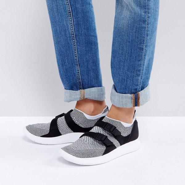 Zapatillas de deporte negras sin cierres con detalle tipo calcetin Racer de Nike