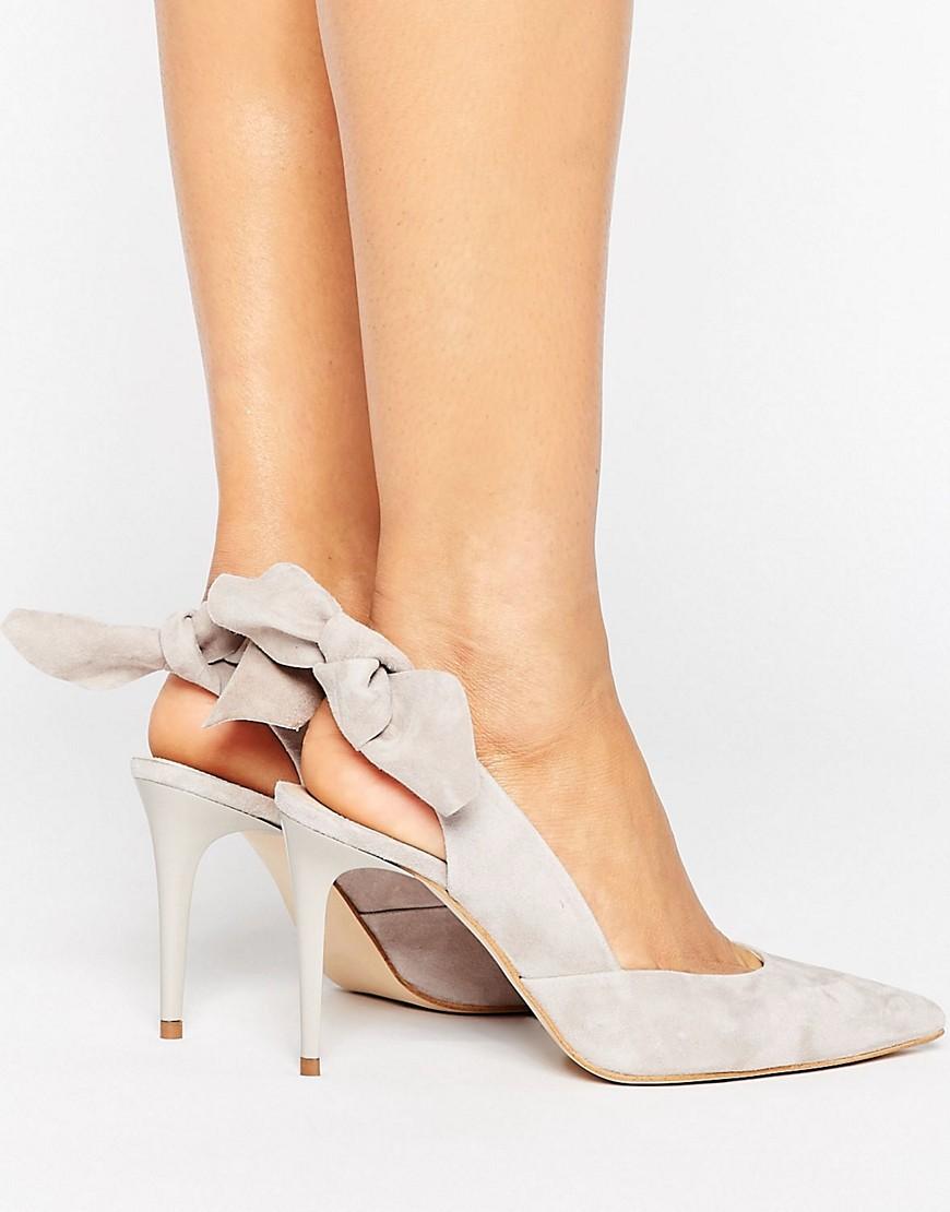 Zapatos de tacon de ante gris con tira trasera y lazo Ava de Carvela