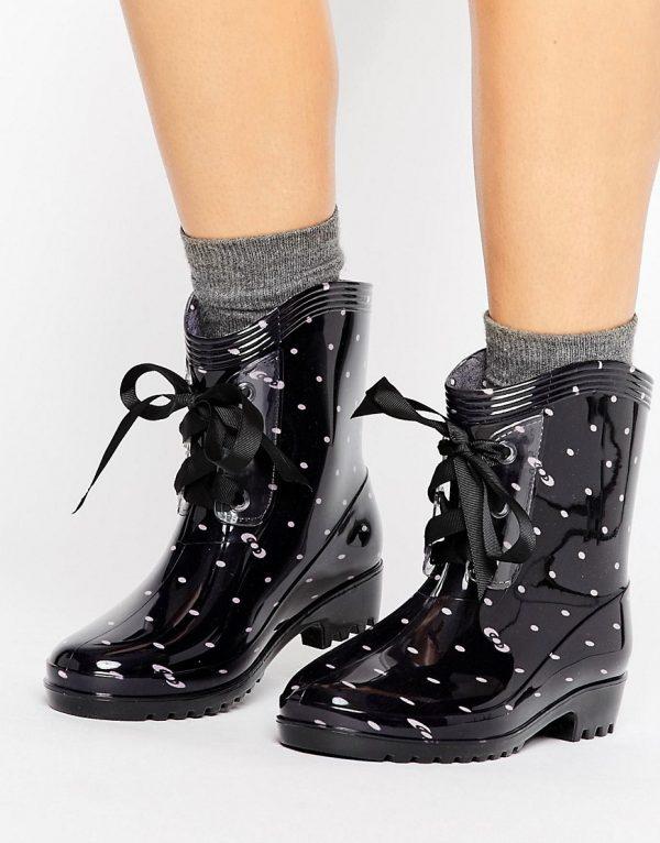 Botas de agua con cordones y lunares negros de Glamorous