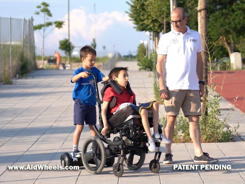 silla de ruedas con patinete electrico